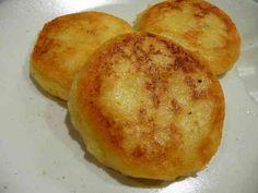 とっても簡単★もっちもち★チーズポテト         材料 (2人分)  じゃがいも 中2個  ピザ用チーズ 30g  片栗粉 大さじ2  マヨネーズ(牛乳、生クリームでもok) 大さじ1~2  塩、こしょう 少々  ケチャップ 少々  ■ チーズは好みで20~40g位で調節可能  ■ 塗る調味料はケチャップ・醤油・ソースなど    作り方 1 じゃがいもの皮を剥き、適当な大きさに切って茹でる。 2 柔らかめに茹でたジャガイモをザルにあげ、ボールにいれて熱いうちにチーズを入れる。  よく混ぜながら、マッシャーで潰す。 3 片栗粉、マヨネーズ、塩、こしょうを入れてさらに混ぜ潰す。よく捏ねると、なめらかモチモチに!  ※味を見ながら、塩加減 4 丸めて小判状に潰し、油を敷いたフライパンで焼く。 両面をこんがり焼いたら出来上がり♪ 5 ケチャップや醤油、ソースなど、好きなものをかけて食べる。
