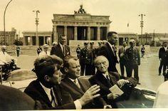 John F. Kennedy (hier l. neben Willy Brandt und Konrad Adenauer) sprach den Berlinern Mut zu.