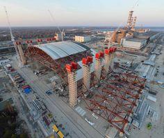 Tchernobyl l'enceinte de confinement du sarcophage de la centrale. Quatre fois plus lourde que la Tour Eiffel, plus haute que la statue de la Liberté et plus large que le Stade de France Construite par Novarka, société commune entre Bouygues Travaux Publics (filiale de Bouygues Construction) et Vinci Construction Grands Projets