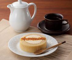 新商品「カスタードとクラッシュカラメルのロールケーキ(190円)」です!クラッシュしたカラメルをあとからパラパラと振りかけます♪甘さを引き立てるほんの少しの苦みがイイです。あきこはたっぷりかけました(^^)  http://www.lawson.co.jp/recommend/uchicafe/