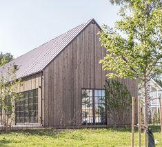 Cette belle maison d'architecte à la façade en bois, située en Suède, n'est pas immense avec ses 132 m². Mais sa hauteur sous plafond de 6 mètres et son plan ouvert dans les pièces de …