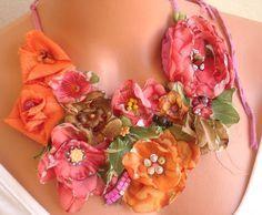 Floral necklace using fall colors Fiber Art Jewelry, Textile Jewelry, Fabric Jewelry, Jewelry Art, Jewlery, Cloth Flowers, Diy Flowers, Fabric Flowers, Paper Flowers