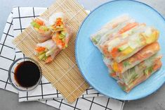 Spring-rolls-met-zalm,-avocado-en-ei