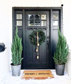I'm not quite ready for Christmas yet, my front – Porch Decorating Ideas - Eingang Front Door Design, Front Door Colors, Front Door Decor, Country Front Door, Black Front Doors, Exterior Front Doors, Front Door Makeover, Christmas Front Doors, Christmas Door