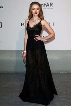 La blogger Kristina Bazan, autora de Kayture, sublimó su long black dress con unos poderosos labios teñidos de color cereza. FUENTE VOGUE