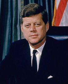 John Fitzgerald Kennedy fue el trigésimo quinto presidente de los Estados Unidos. Algunos eventos importantes durante su gobierno fueron la crisis de los misiles de Cuba, la construcción del Muro de Berlín, el inicio de la carrera espacial y la consolidación del Movimiento por los Derechos Civiles en Estados Unidos.