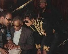 Michael Jackson - Ray Charles is sitting down next to him and Stevie Wonder is to the left. I think Stevie is showing them a braille book. Jackie Jackson, Randy Jackson, Jackson Family, Ray Charles, Stevie Wonder, American Music Awards, American Singers, Kenny Loggins, Harry Belafonte