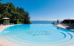 Meer und Poolbecken verschmelzen optisch miteinander: Infinity Pool Evian Resort Frankreich
