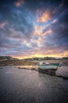 Bateau posé sur ses béquilles à marée basse. Côtes d'Armor, Bretagne.