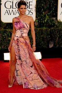 O look Versace da Halle Berry dividiu opiniões - o que você achou? Comente! E essa perna pra fora da fenda lembrou Angelina Jolie!