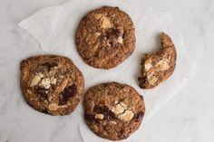 I dag får I opskriften på de vildeste chocolate chip cookies, jeg hidtil har begået. Knasende sprøde med en sej midte og intet mindre end fire forskellige chokolader plus ekstra aromatisk knas fra de