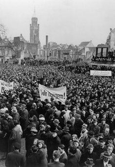 """""""Wir fordern Lebensmittel"""": Die Massendemonstrationen (hier Proteste in Krefeld 1947) schürten bei den Westalliierten die Furcht vor einem kommunistischen Umsturz. Am 5. Juni 1947 skizzierte US-Außenminister George Marshall in seiner Rede vor Studenten der Harvard-Universität ein Hilfsprogramm für Europa; der Marshall-Plan führte zu einem raschen Wiederaufbau und einer konsequenten Stärkung der Westzonen. Harvard Universität, Kalter Winter, Dusk Till Dawn, Total War, Great Power, Juni, World War Two, Dolores Park, History"""