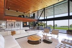 lambrise en bois avec des spots encastrés pour le salon avec un canapé d'angle