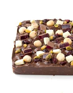 Homemade Christmas Rocky Road filled with marshmallows, macadamias, pistachios, Turkish delicious and chocolate! This easy rocky road is perfect for Christmas! Recipe from sweetestmenu.com #chocolate #Christmas #rockyroad