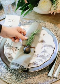 holiday-table-setting-organic-table-bell-napkin-rings-pewter-plate-rosemary-juliska-plate-amber-wine-glass