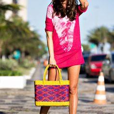 Para o verão invista em bolsas de palha super coloridas.