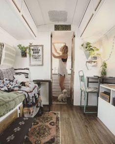 22 Decorating Ideas for Your Airstream - Vanlife & Caravan Renovation Airstream Remodel, Airstream Interior, Travel Trailer Remodel, Travel Trailers, Rv Travel, Airstream Living, Luxury Travel, Vintage Airstream, Airstream Trailers