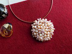 Compoziția florală este confecționată din perle de cultură și sârmă modelatoare aurită. Bijoux