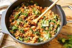 Grünkern Pilaw (auch Pilau oder Pilaf genannt) ist ein perfektes Vollkorngericht, das überhaupt nicht langweilig ist. Grünkern hat mich sofort begeistert, weil es unglaublich gut schmeckt. Und in d…
