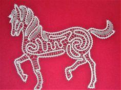 2016 Oktober  - Idria-Pferd - Entwurf von Irma Pervanja, Slowenien. Garn: Coats Cucirini made in Italy. Tubetti da gramm 25. Filato per tombolo di Cantu.