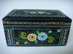"""Old vintage Mexican Olinala Guerrero black lacquered wood box 7 1/2"""" long 1989"""