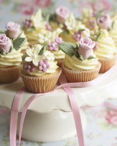 Mini multi flower cupcakes. Click for more great cupcake designs.