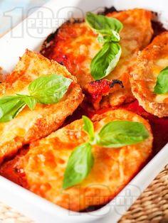 Пилешки гърди на фурна с доматен сос и сиренца - снимка на рецептата