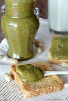 Ricetta con e senza Bimby della Nutella al Pistacchio. Una crema spalmabile a base di pistacchi e cioccolato bianco, ideale per torte, biscotti o sul pane