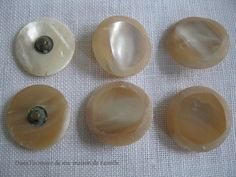 Boutons en nacre fabriqués par un artisan boutonnier en France dans les années 50 / 70