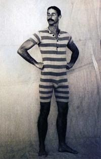 Old-Fashioned Swimsuits for Men Vintage Bathing Suits, Vintage Swimsuits, Vintage Bikini, Mode Masculine, Old Fashioned Swimsuits, 1920s Swimsuit, 1920 Men, Men's Swimsuits, Men's Swimwear