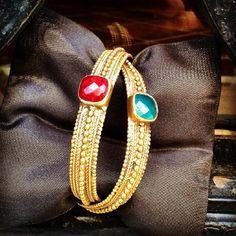 Colección hindú, pulseras rubí y esmeralda #bracelet #rubi #emerald #bronze #madeinindia #pretty #beutiful Beaded Bracelets, Jewelry, Fashion, Emerald, Blond, Bangle Bracelets, Moda, Jewlery, Bijoux