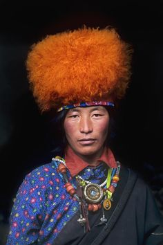 Steve McCurry often uses a dark background for his portraits, more intense and personal.