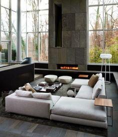 Sala grande moderna con chimenea.