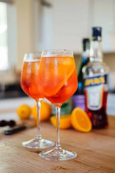 Here's the recipe of the iconic cocktail, the Aperol Spritz, that transports us straight to an italian terrace! Refreshing Cocktails, Easy Cocktails, Classic Cocktails, Fun Drinks, Cocktail Recipes, Drink Recipes, Beverages, Fun Easy Recipes, Easy Meals