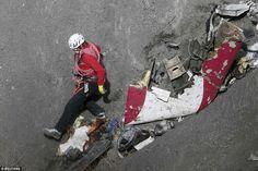 Onderzoekers aan de Germanwings crash site tot nu toe hebben teruggehaald ongeveer 600 lichaamsdelen en zijn erin geslaagd om 78 verschillende DNA-strengen uit de resten te isoleren.  Maar niet één lichaam is intact is gevonden door reddingsploegen die doorgaan naar de site voor resten kammen (foto)