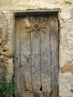 el cardo que hay en la puerta era una tradición del norte de España, se llama cardo del sol o de las brujas y se ponía para proteger la casa y a la familia.