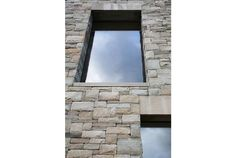I davanzali e le spalle delle finestre indicano già al visitatore cosa lo aspetta dentro casa.