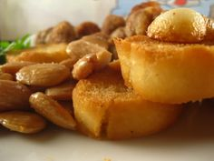 Pies de cerdo en salsa de almendras