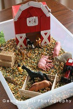 sensorisch spelen - kleine boerderij in een bak inrichten