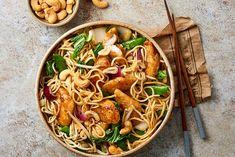 Vis teriyaki met noedels, sugarsnaps & cashewnootjes Whole Food Recipes, Cooking Recipes, Healthy Recipes, Good Food, Yummy Food, International Recipes, Food Plating, No Cook Meals, My Favorite Food