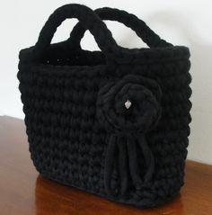 Fettuccia di lana nera con rosa #bag #fettuccia #uncinetto