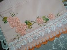 LOY HANDCRAFTS, TOWELS EMBROYDERED WITH SATIN RIBBON ROSES: Toalha para Lavabo bordada com flores de fitas (ro...