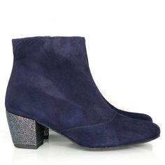 Ces bottines uniques et sur-mesure vous accompagneront au quotidient pour un hiver tout en douceur et confortable ! Choisissez la hauteur et la forme des talons, ainsi que les matières que vous voulez pour vos jolies chaussures ! Bleu Marine, Ainsi, Ankle, Shoes, Fashion, Blue Shoes, Smooth Leather, Pumps, Custom Shoes