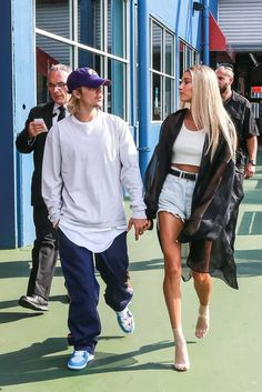 Find images and videos about love, style and couple on We Heart It - the app to get lost in what you love. Estilo Hailey Baldwin, Hailey Baldwin Style, Look Short Jeans, Mode Outfits, Fashion Outfits, Celebrity Style Casual, Celebrity Outfits, Summer Outfits, Casual Outfits