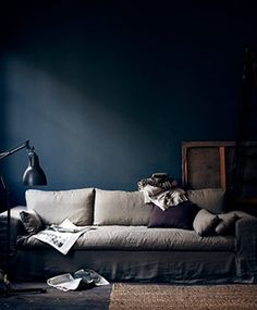 Love the midnight blue/grey/gold combination, with a hint of eggplant. And a cool rattan rug.
