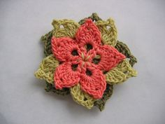 Flower brooch. Step-by-step tutorial in French with chart by Annette Petavy.