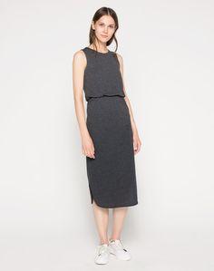 Das Jerseykleid aus Baumwolle 'Suno' von EDITED ist ideal für Dich, wenn Du mit einem lässigen Melange-Effekt überzeugen möchtest. Durch den taillierten Schnitt kommt Deine feminine Seite klar zur Geltung. Du findest einen abgerundeten Saum mit Seitenschlitzen, mit dem Dein Look definitiv elegant wird, sodass Du auf der nächsten Party mühelos top gestylt auflaufen kannst.