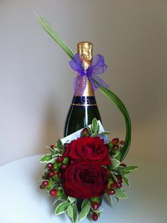Birthday Flowers And Champagne 61 Ideas Wine Bottle Gift, Wine Bottle Crafts, Wine Gifts, Creative Flower Arrangements, Floral Arrangements, Champagne Flowers, Bottle Centerpieces, Valentines Flowers, Creative Gift Wrapping