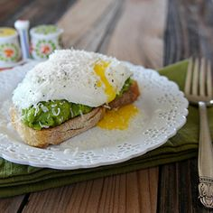 Avocado Egg Toasts by unrulybliss: Easy and delicious breakfast made in under 5 minutes. #Egg #Toast #Avocado
