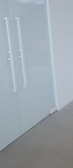 blanco en pivotante de vidrio. Cierre suave y retencion 90°. Mirror, Furniture, Home Decor, Glass, Doors, White People, Decoration Home, Room Decor, Mirrors